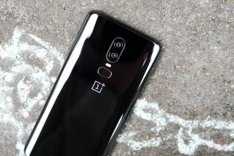 OnePlus is teasing a red OnePlus 6